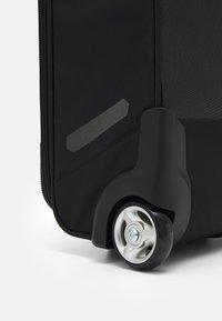 New Balance - Valise à roulettes - black/energy lime - 4