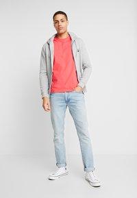 Lyle & Scott - T-shirt - bas - geranium pink - 1