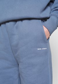 Nicki Studios - LOGOCOLLAGEPANTS - Tracksuit bottoms - midnightnight - 5