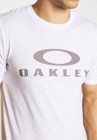 Oakley - BARK - T-Shirt print - white - 6
