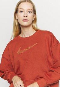 Nike Performance - DRY GET FIT CREW - Sweater - firewood orange - 5