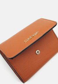Calvin Klein - TRIFOLD - Wallet - cognac - 3