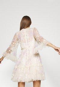 Needle & Thread - AUDREY SLEEVE MINI DRESS - Koktejlové šaty/ šaty na párty - champagne - 4