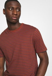 Only & Sons - ONSMICK LIFE STRIPE TEE - Print T-shirt - henna - 4