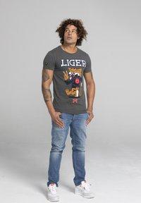 Liger - LIMITED TO 360 PIECES - DARRIN UMBOH - LIGER - T-SHIRT PRINT - Print T-shirt - dark grey - 1