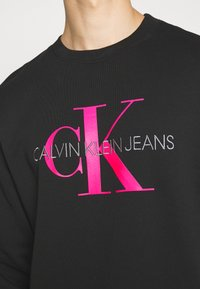 Calvin Klein Jeans - MONOGRAM CREW NECK - Sweatshirt - black/pink - 5