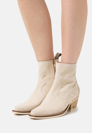 CORALL BOOT - Cowboy/biker ankle boot - weiß