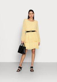 Moss Copenhagen - LINOA RIKKELIE DRESS - Day dress - banana - 1