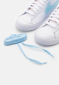 Nike Sportswear - BLAZER MID '77 - Zapatillas altas - white/glacier blue/metallic platinum - 4