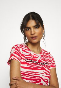 Calvin Klein - ZEBRA PRINT STRETCH TEE - Print T-shirt - red/white - 3