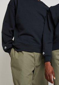 Converse - SHAPES BUBBLE CREW UNISEX - Sweatshirt - black - 7