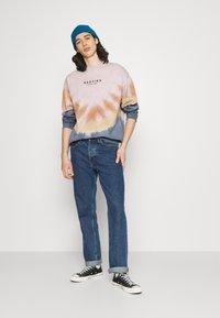 Kaotiko - CREW TIE DYE ENZO UNISEX - Sweatshirt - blue - 1