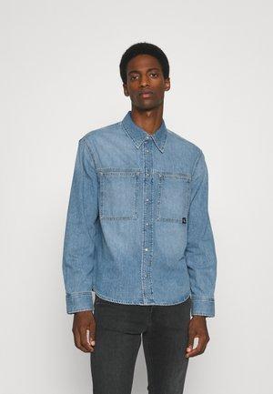 LINEAR SHIRT - Overhemd - denim medium