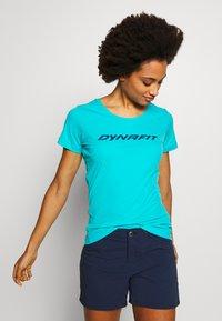 Dynafit - TRAVERSE TEE - T-shirts med print - silvretta - 0