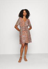 Minimum - SOLALLY DRESS - Vapaa-ajan mekko - picante - 1