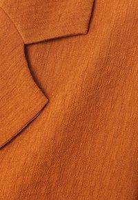 Missguided Petite - PLUNGE SHIRT AND DRAWSTRING PAPERBAG SHORTS SET - Short - rust - 6