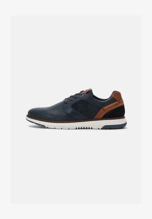 MATEON - Sznurowane obuwie sportowe - navy