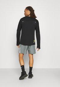 Nike Performance - RUN SHORT - Short de sport - smoke grey - 2