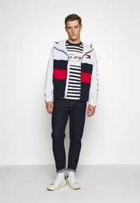 Tommy Hilfiger - COLOURBLOCK HOODED JACKET - Regenjacke / wasserabweisende Jacke - white - 1
