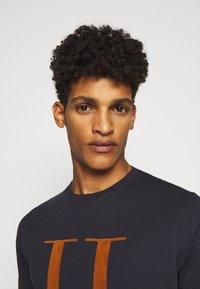 Les Deux - ENCORE  - T-shirts med print - dark navy/rusty brown - 3