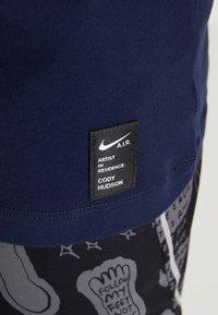 Nike Performance - DRY RUN SEASONAL  - Print T-shirt - obsidian/white - 5