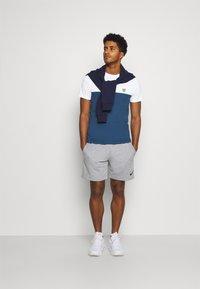 Lyle & Scott - VENTURE COLOUR BLOCKTEE - T-shirt med print - aegean blue - 1