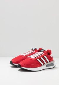 adidas Originals - RETROSET - Sneakers - scarlet/footwear white/core black - 2