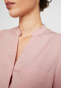 Marc O'Polo - BLOUSE ROUND NECK WITH FRINGES - Camisa - strawberry cream - 5