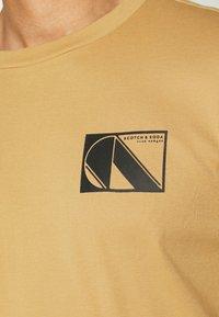 Scotch & Soda - CLUB NOMADE TEE - Print T-shirt - camel - 5