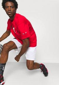 Nike Performance - NBA CHICAGO BULLS JORDAN STATEMENT TEE - Klubbkläder - university red - 3