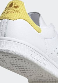 adidas Originals - STAN SMITH  - Sneakersy niskie - ftwwht/silvmt/coryel - 7