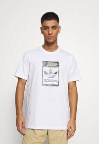 adidas Originals - CAMO INFILL TEE UNISEX - Print T-shirt - white - 0