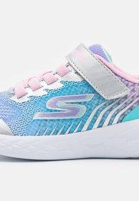 Skechers Performance - GO RUN 600 RADIANT RUNNER - Neutrální běžecké boty - silver/multicolor - 5