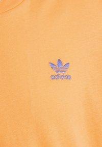adidas Originals - ESSENTIAL TEE - T-shirt - bas - hazy orange - 5
