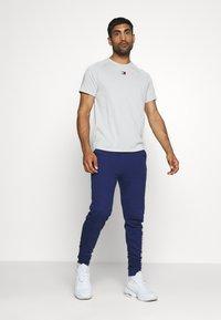 Tommy Hilfiger - CHEST LOGO - T-shirt - bas - grey - 1