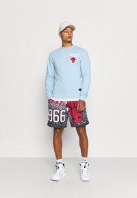 Mitchell & Ness - NBA CHICAGO BULLS WARM UP PASTEL CREW - Squadra - sky blue - 1
