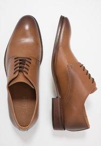 Zign - Elegantní šněrovací boty - cognac - 1