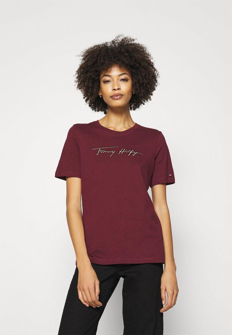 Tommy Hilfiger - REGULAR OPEN SCRIPT TEE - Print T-shirt - deep rouge