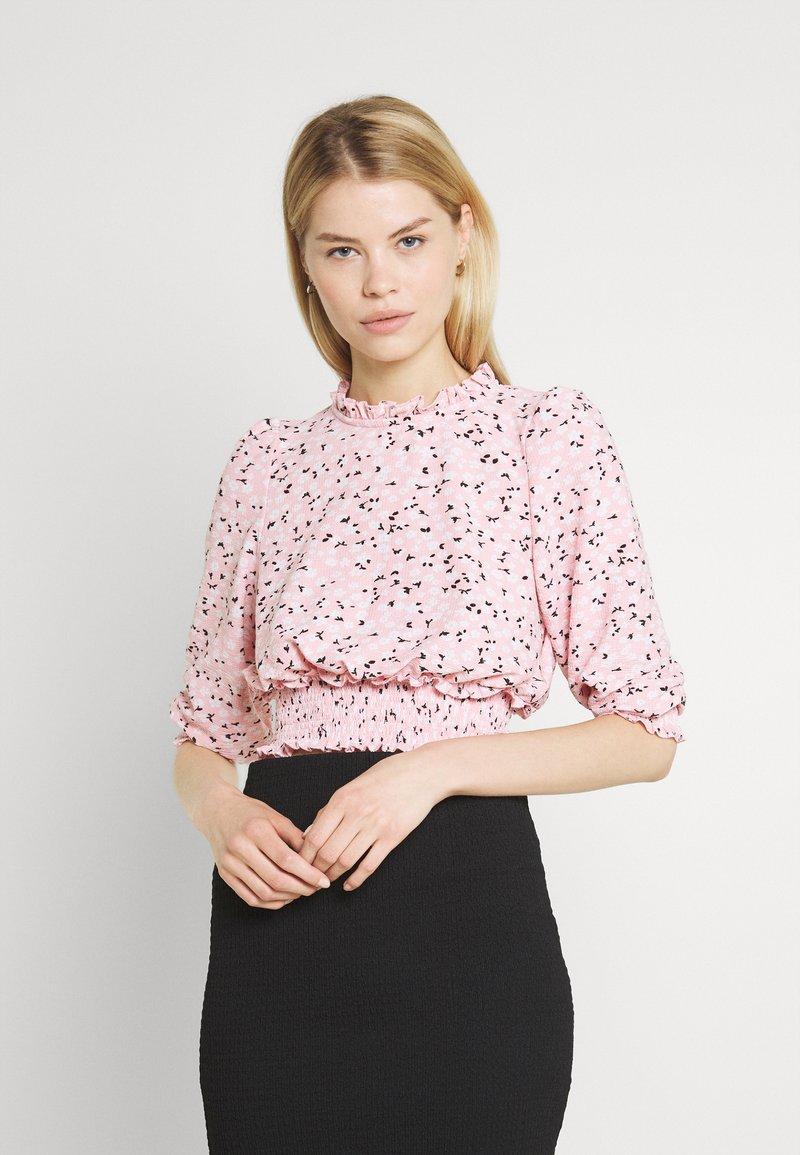 Miss Selfridge - FOCHETTE RUFFLE NECK - Print T-shirt - pink