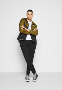 Nike Sportswear - PLUS - Kevyt takki - olive flak/black/white - 1