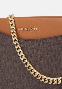 MICHAEL Michael Kors - JET CHAIN XBODY - Handbag - brown/acorn - 4