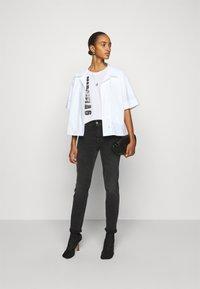 MM6 Maison Margiela - T-shirts med print - white - 1