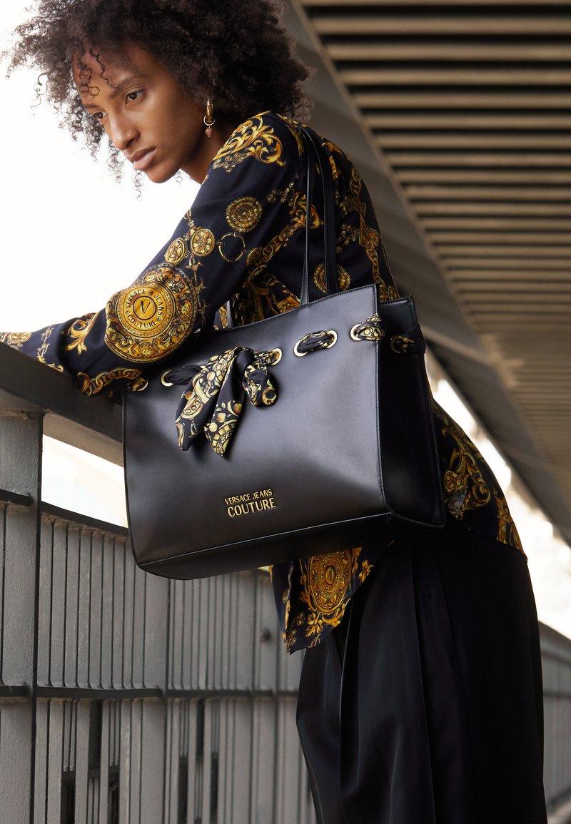 Versace Jeans Couture - PRINTED FOULARD - Torba na zakupy - nero