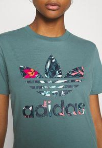 adidas Originals - T-shirt imprimé - hazy emerald - 5