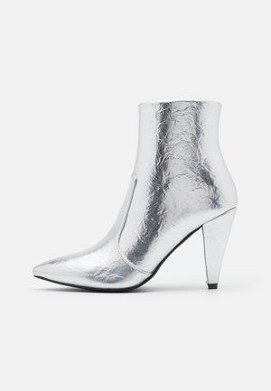 LEINEE - Korte laarzen - silver