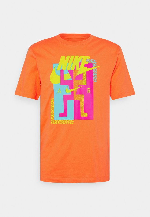 TEE AIR - Print T-shirt - turf orange