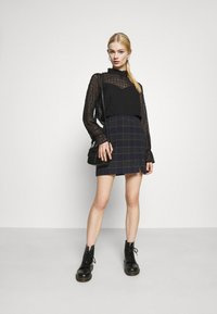 Hollister Co. - CHAIN PLAID MINI STATEMEN - Miniskjørt - navy - 1