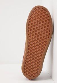 Vans - OLD SKOOL UNISEX - Sneakersy niskie - rosewood/true white - 4