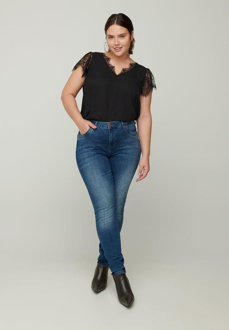 Zizzi - AMY  - Slim fit jeans - blue