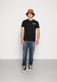 Ellesse - VOODOO - T-shirt con stampa - black - 1